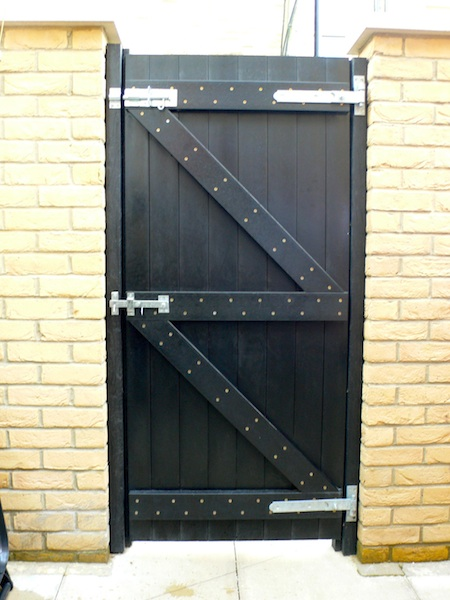Recycled plastic gates recycledplasticbuildingmaterials for Reclaimed upvc doors